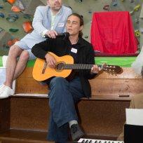 """Best Man und Bräutigamsbruder Muzius zeigte uns mit seiner Gitarre und """"Je l´aime a mourir""""von Francis Cabrel auf seine charmanten Art und Weise, wie wichtig es ist authentisch zu sein."""