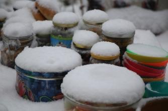 omas plaetzchen dose im schnee